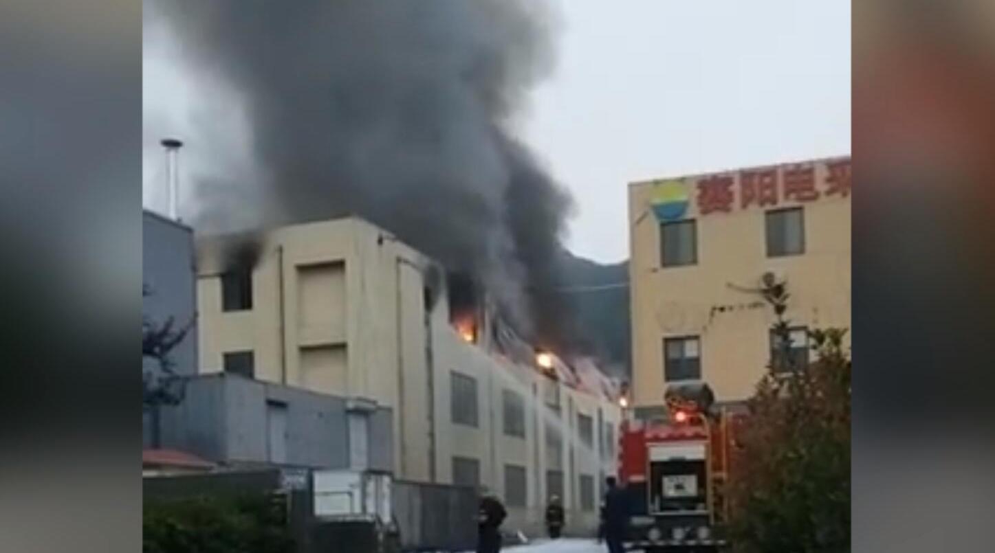 突发!青岛一工厂发生火灾事故 顶楼浓烟滚滚火光冲天