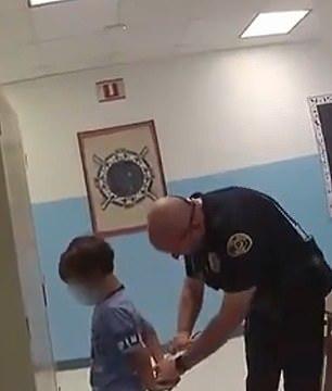 美国8岁男孩打老师,警察给他铐上手铐,告诉他要坐牢