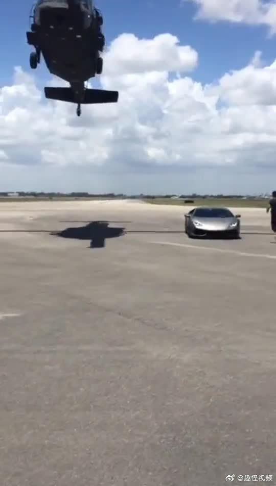 车钥匙忘带了,直接叫人开直升飞机送过来,这实力