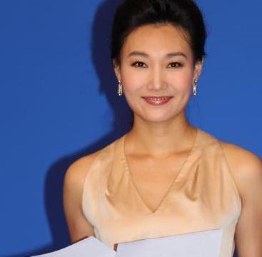 她经常与康辉搭档主持,戴假发主持12年,摘下假发后从大妈变少女