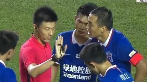 520天后傅明再上热搜,申花球员被吹哭,上海媒体怒斥VAR瞎了