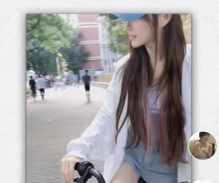 李小璐街头骑单车,嘟嘴卖萌大秀美腿,青春有活力完全不像39岁