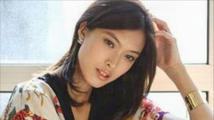 她曾拒绝承认自己的中国人身份,而今又想回国捞金,国人怒斥之!