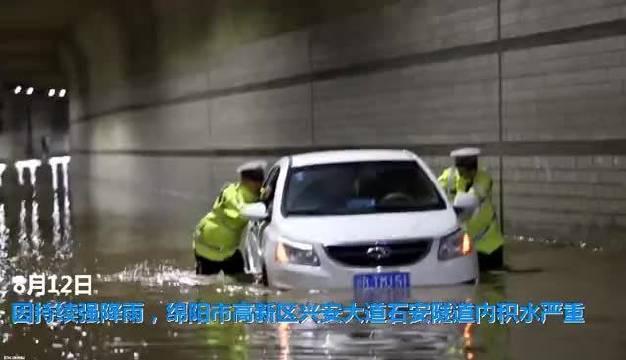 轿车水中被困,绵阳公安交警涉水推车