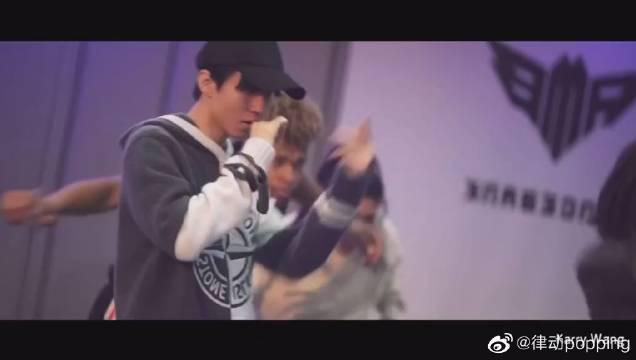 王俊凯练舞室精彩表演!我们小凯跳舞也超级帅气啊!