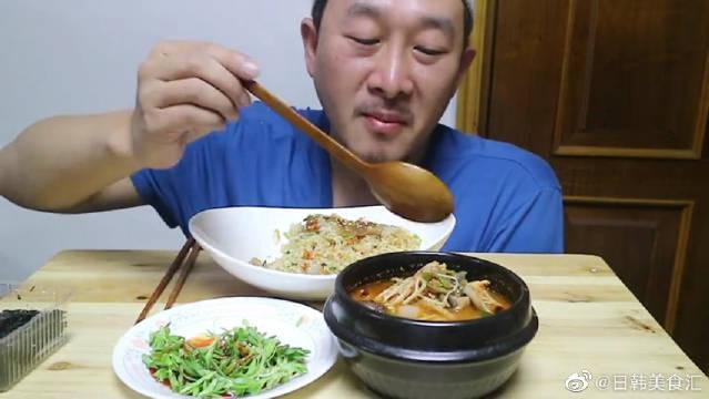 """韩国农村大叔的一顿饭:""""酱蟹炒饭+大酱汤+特色蔬菜"""""""