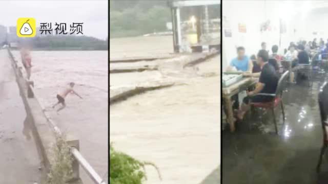 乐山洪峰过境市民下水游泳,有人水中淡定搓麻将