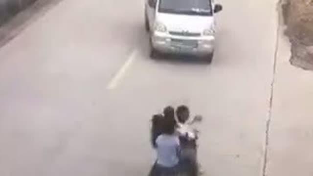坐着三个人的摩托车高速撞上了小面包车……