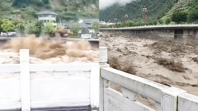 暴雨致四川雅安多地受灾 道路垮塌货车被洪流卷走 惊险画面曝光!