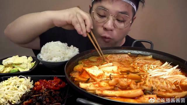 韩国吃货小哥,吃蘑菇饺子豆腐火锅和韩式小菜,吃得太香了!