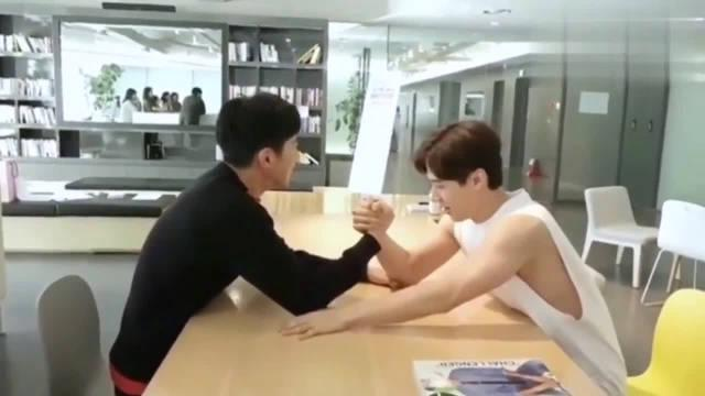 Henry刘宪华和郑允浩比赛掰手腕!!