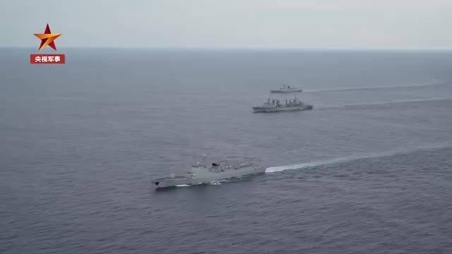 海军亚丁湾护航偶遇小鲨鱼