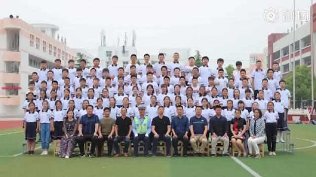 连云港 最好的感谢!小学毕业照辅警坐C位