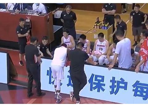 挨骂了!广东球员表现糟糕杜锋当场爆粗,心疼易建联,真不在状态