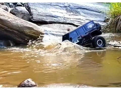 小伙开牧马人潜水,车顶都进入水面了,有这车怕啥暴雨洪水?