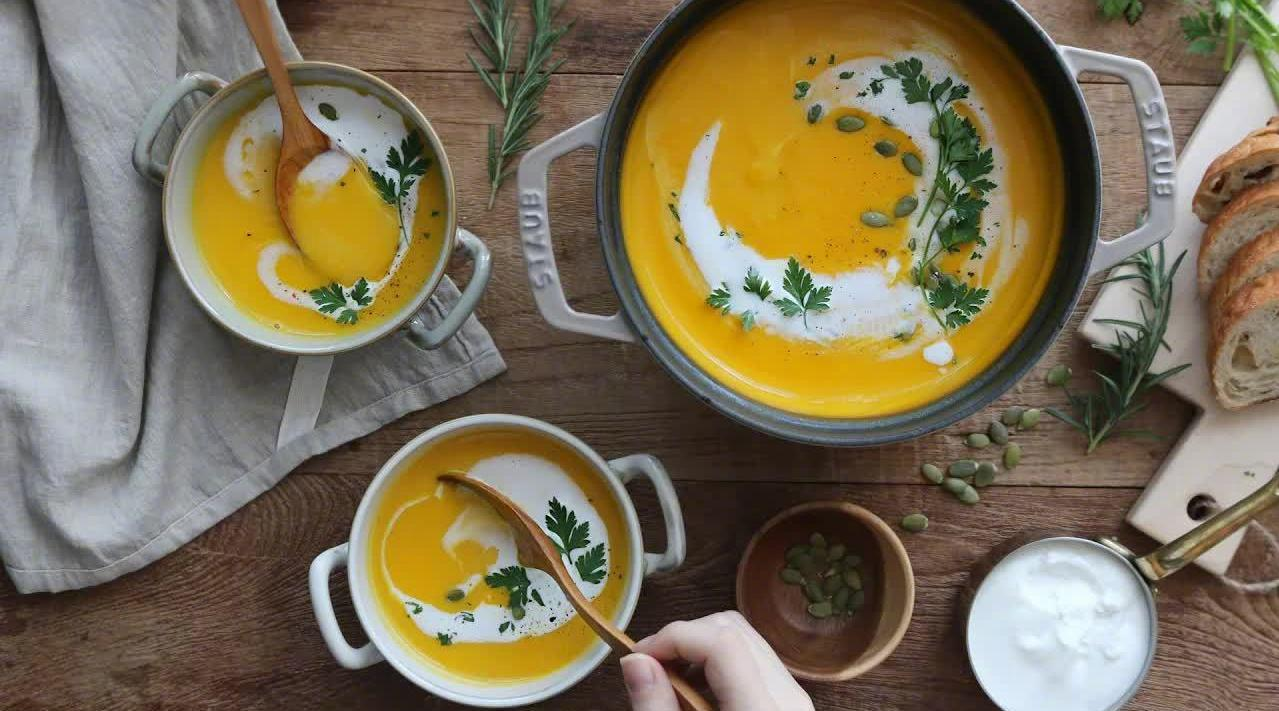 味美浓郁的南瓜浓汤:①南瓜和土豆切块……