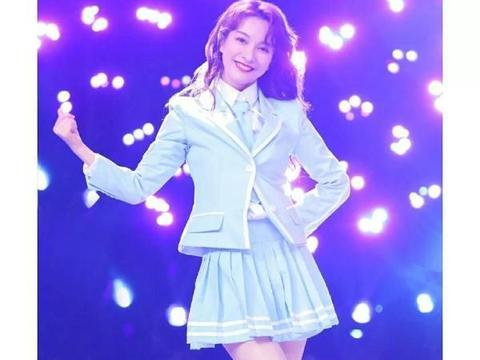 37岁吴昕成功装嫩,麻花辫少女裙学生丝袜,怎么看都像18岁少女