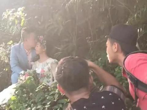 男女在树林里拍婚纱照,精修图成了仙境,新娘:给摄影师加鸡腿
