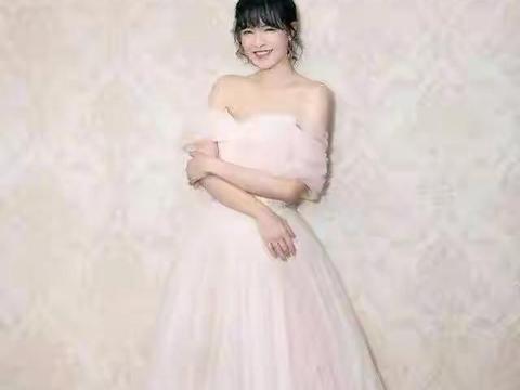 李艾不愧是名模,穿拼色纱裙优雅贵气,半扎发配齐刘海更减龄