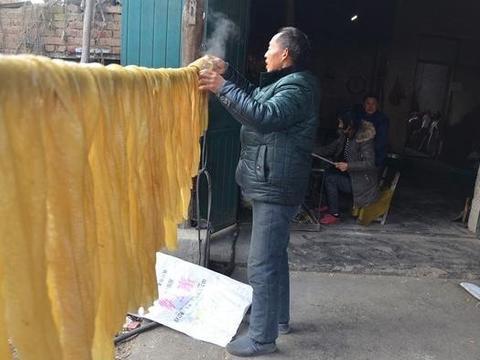 """农村老爷爷做了大半生的""""人造肉"""",四块钱一斤,看着简单吃着香"""