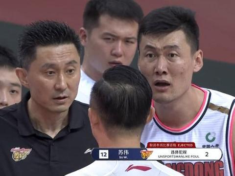 CBA裁判疯狂抢戏,杜锋喊闫军质疑高诗岩假摔,苏伟却被驱逐了