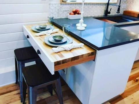 水槽空着白浪费,上面加块板盖一下,厨房又能多出30cm可使用台面