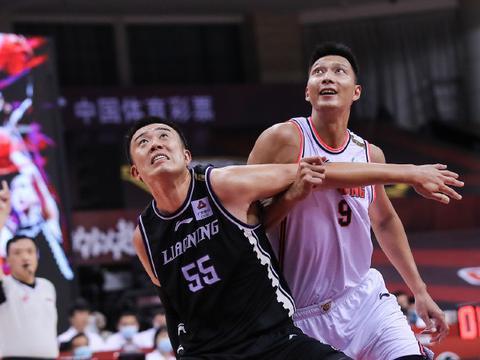43分钟砍下16分19篮板,韩德君拼到抽筋,广东男篮官方向他致敬