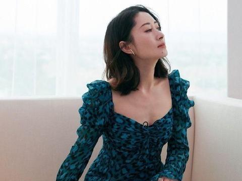 44岁的刘敏涛,多大岁数了,还挑战紧身豹纹裙,后生小花都羡慕了
