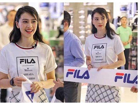 高圆圆现身郑州商场代言,皱纹横生太真实,穿素色衣服大妈感十足