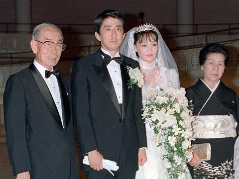 日本首相夫人也有婆媳问题!白衬衫+鱼尾裙太土,梅拉尼娅好惊艳