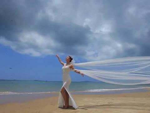 """新娘海边拍婚纱照,精修图成沙漠里的""""白发魔女"""",差点""""气绝"""""""