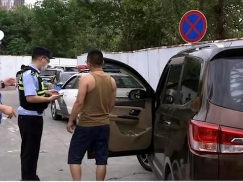 丢人!南京龙蟠中路发生一起事故,两车追尾之后两司机打起来了