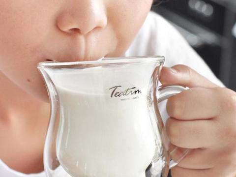 """四种""""假牛奶""""已被列入黑名单,营养低价格高,别给孩子天天喝"""