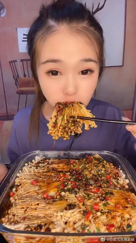 萱萱吃播,爆辣金针菇一口没,眼前这一幕真佩服她的胃口