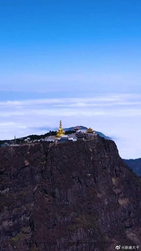 峨眉山万佛顶,约3100米,高出成都平原约2700米……