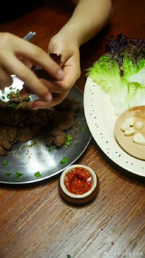 韩国烤肉的精髓,山上的树叶包着吃,每口都是大自然的味道!