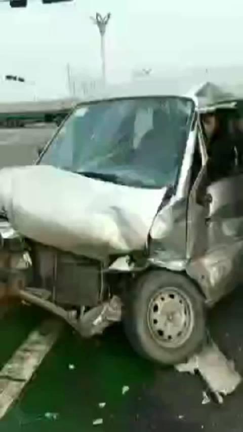小伙子开车撞懵逼了,电话都不记得了