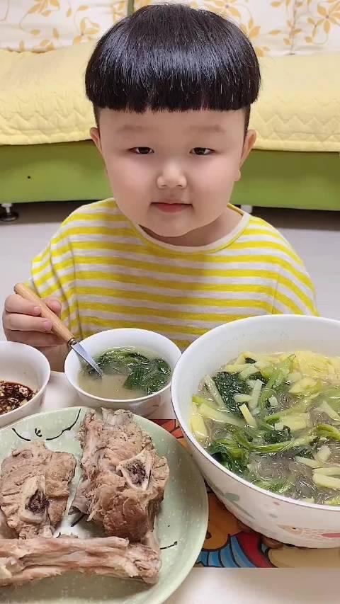 小芃宝:爸爸做的小白菜土豆汤