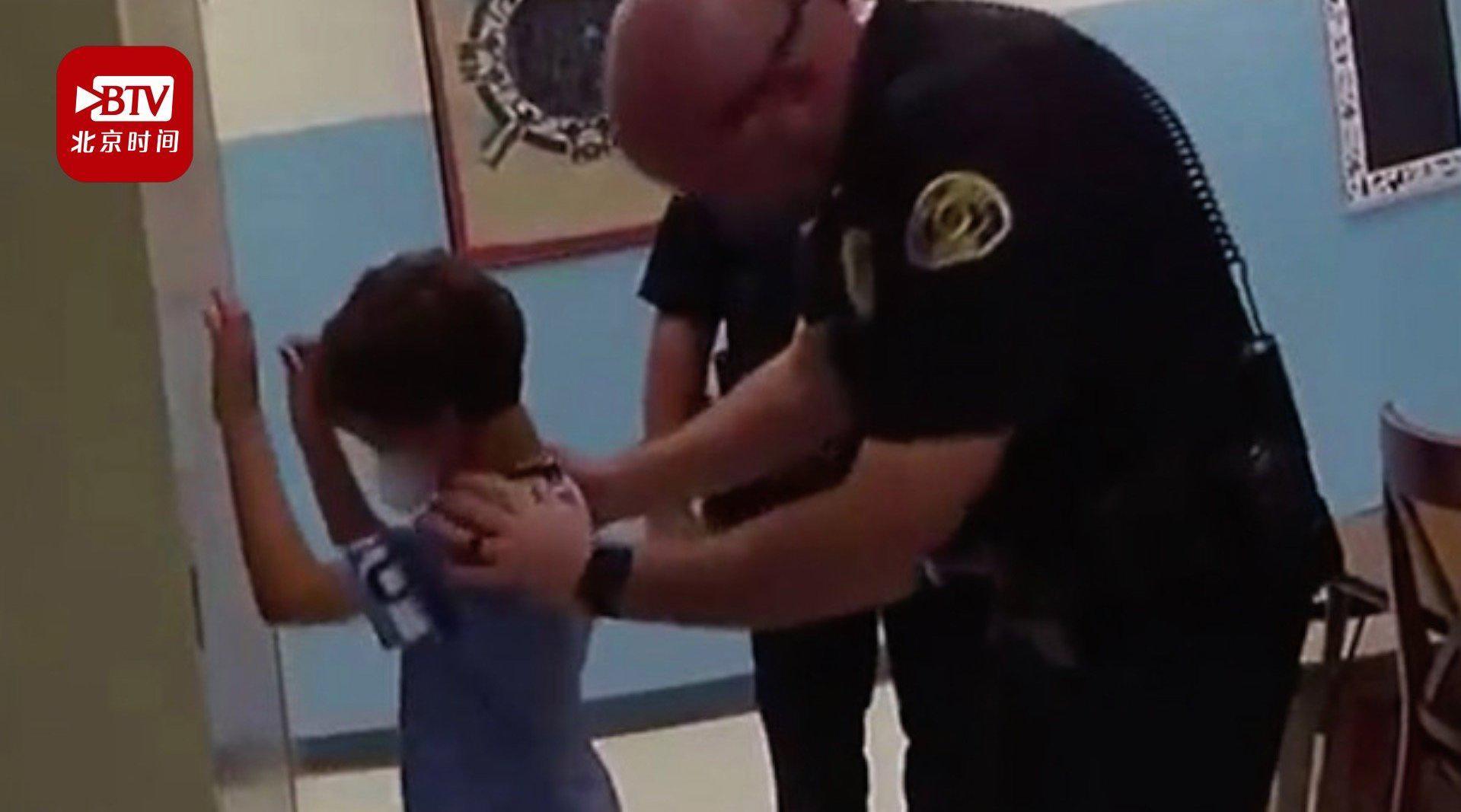 """你怎么看?美国8岁男孩打老师被警察戴手铐 并因""""殴打重罪""""被捕"""