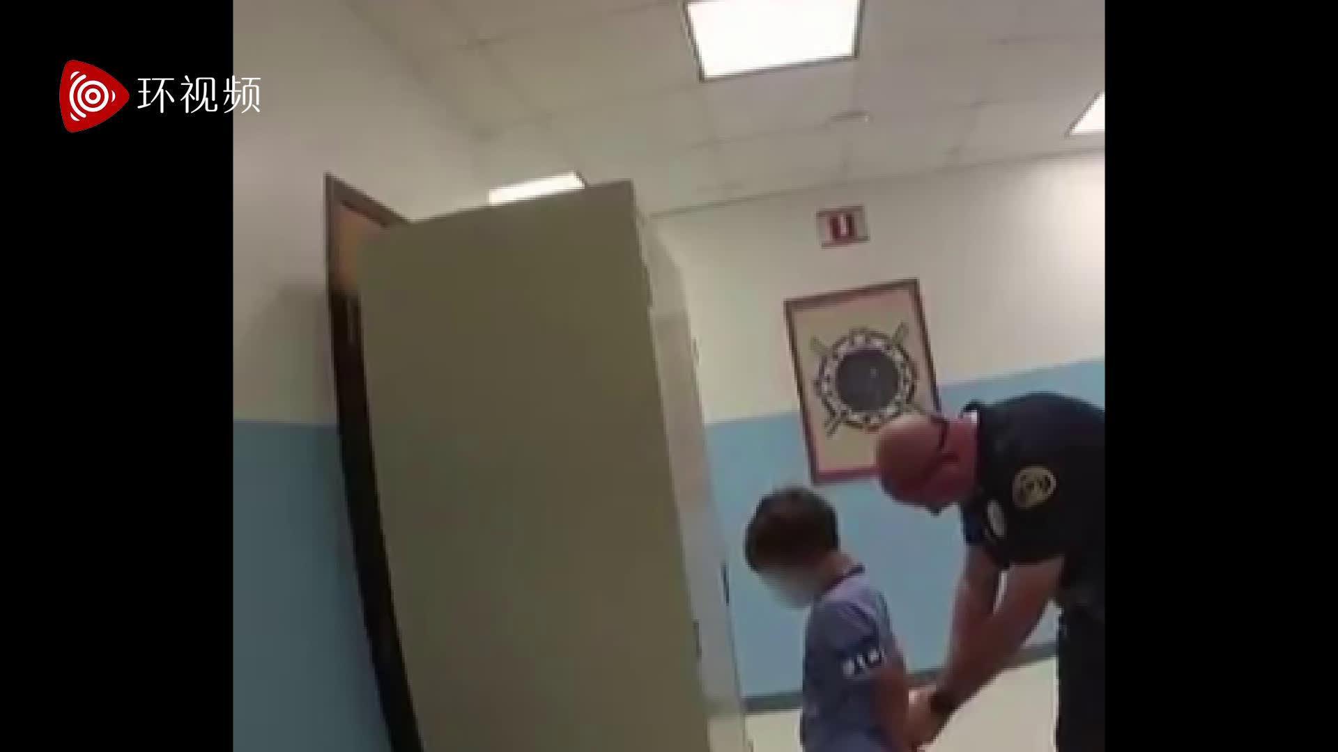 美国8岁男孩与老师争执后背警察铐手铐带走:知道你会去哪吗?