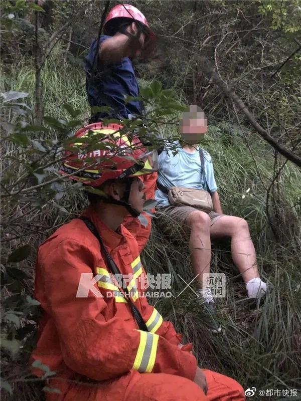 8月10日17:40,杭州消防救援大队接到求救电话:我被困在西湖的山上,请救救我