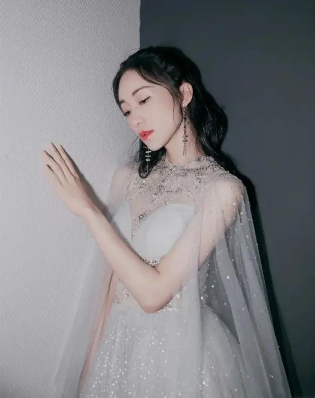 韩雪也太敢穿了吧!穿白色薄纱裙秀天鹅颈,高贵清冷超级撩人