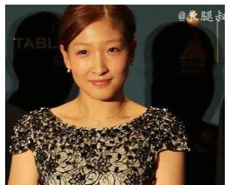 刘诗雯礼服,端庄得体,凸显好身材,美中不足个子太低!
