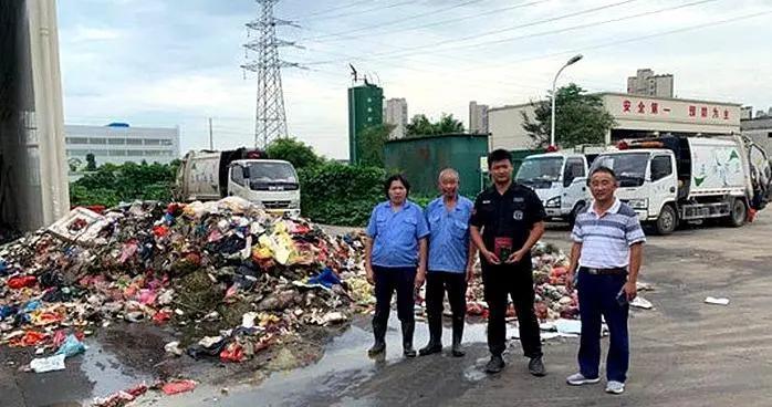 翻八吨垃圾帮找录取通知书的四名环卫工获奖励一万元