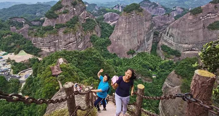 广西资源:丹霞地貌引游人