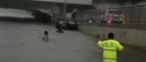 【1017丨身边】惊险!成都交警冒雨砸窗救人,2分钟后,积水淹没车顶!