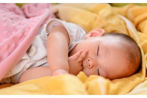 父母带娃午睡照片火了,爸妈熟睡,宝宝坐床头,孩子:充话费送的