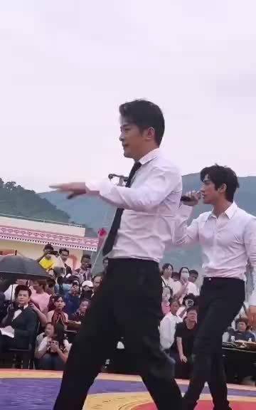 辛巴李治廷助农同台演唱《发光时代》