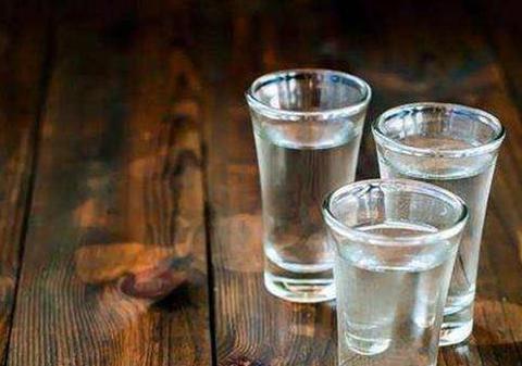 """晚上""""喝白酒""""到底对身体有什么不一样的影响呢?调酒师说了实话"""