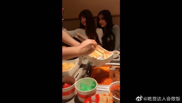 第一次吃海底捞,就和美女主播拼桌,该怎么开口让她们先动筷子?